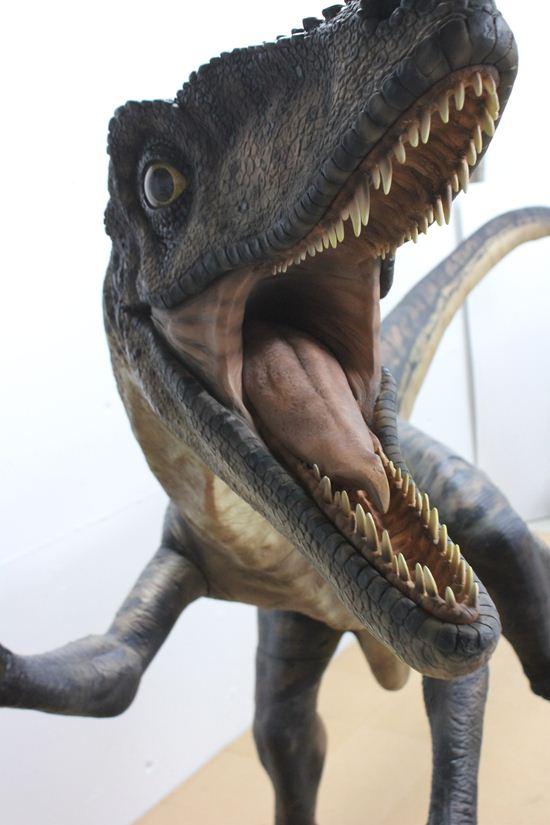 実寸大の恐竜フィギュアで迫力満点!