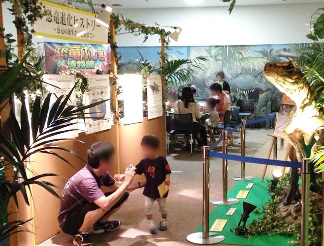 恐竜巨大垂れ幕。
