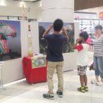大人も子供も楽しめる。恐竜3Dポスター展示