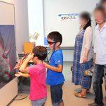 ついつい手を出してしまう。飛び出す3D恐竜ポスター展示