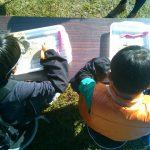 夢中で化石の発掘に取り組むお子さんたち